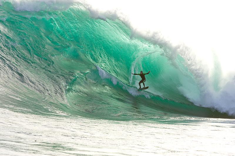 Surfaren Michael Brennan i en tub i Australien