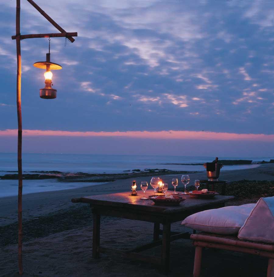 Solnedgång och romantisk middag i kombination